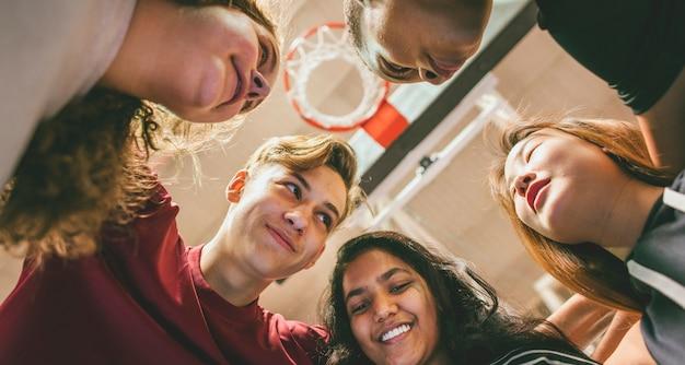 Grupo, de, adolescente, amigos, ligado, um, quadra basquete, trabalho equipe, e, togetherness, conceito