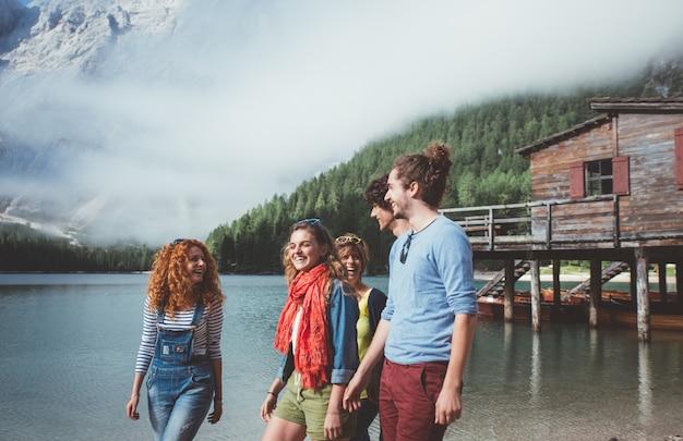 Grupo de adolescentes a passar tempo na praia do lago
