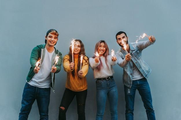 Grupo de adolescentes alegres se divertindo