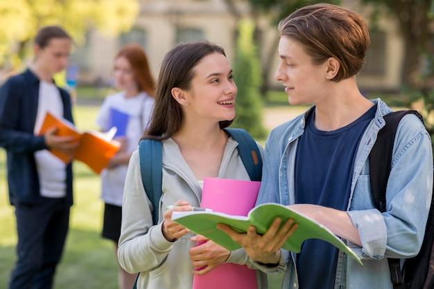Grupo de adolescentes discutindo projeto universitário