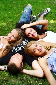 Grupo de adolescentes no parque