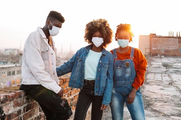 Grupo de adolescentes posando com máscaras médicas