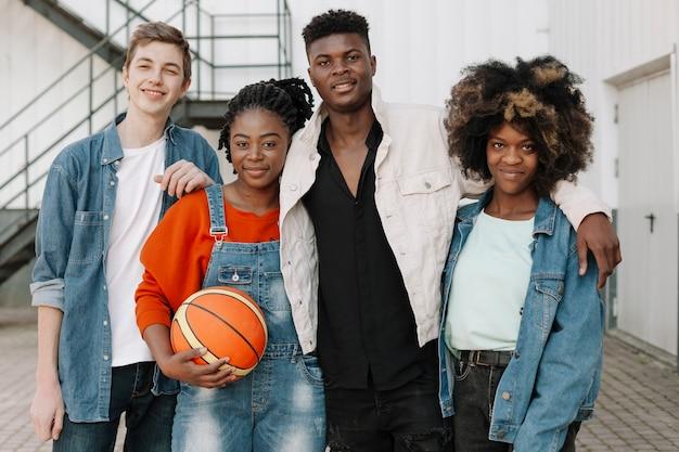 Grupo de adolescentes posando juntos ao ar livre