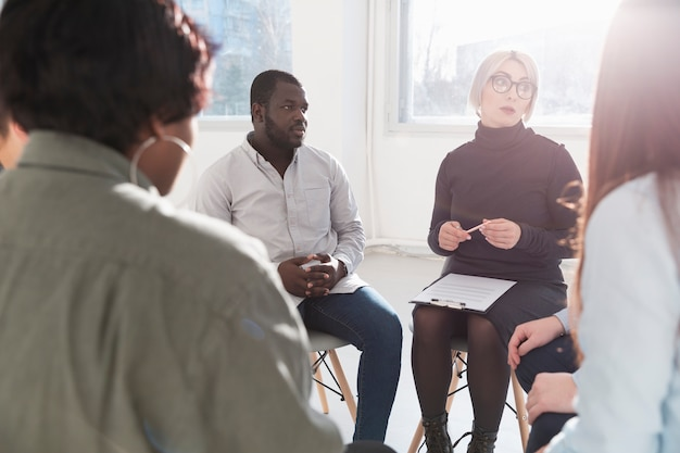 Grupo de adultos conversando entre si