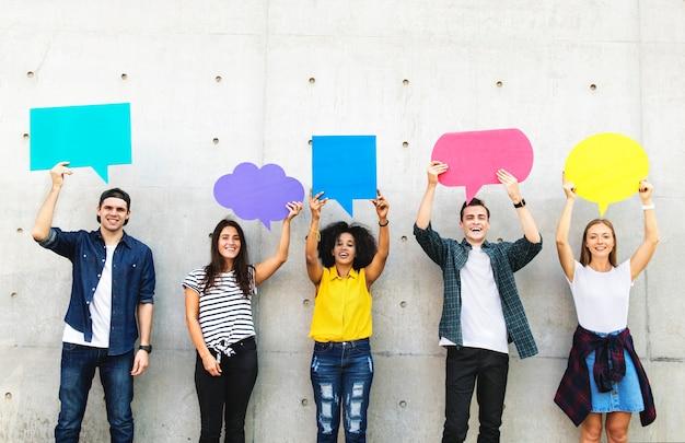 Grupo, de, adultos jovens, ao ar livre, segurando, vazio, cartaz, copyspace, pensamento, bolhas