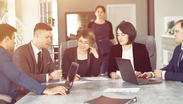 Grupo de advogados de jovens empresários de sucesso se comunicando em uma sala de conferências enquanto trabalhavam em um projeto.