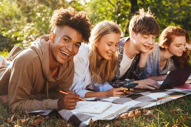 Grupo de alegres alunos multiétnicos