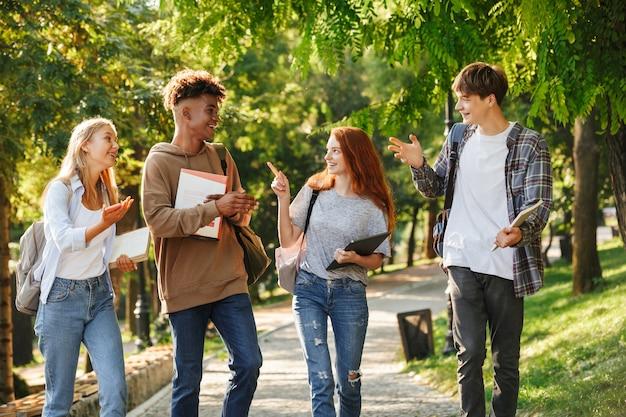Grupo de alunos animados caminhando pelo campus