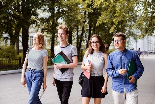 Grupo de alunos aproveitando um dia quente e ensolarado de primavera no campus da faculdade