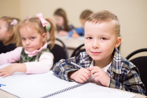 Grupo de alunos do ensino fundamental em sala de aula.