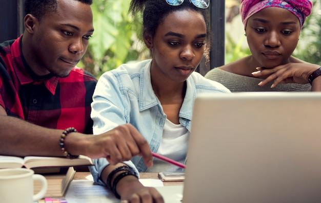Grupo de alunos estudando juntos