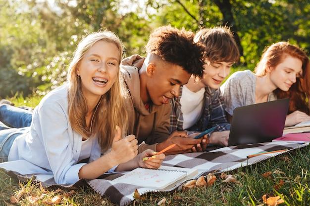 Grupo de alunos multiétnicos positivos