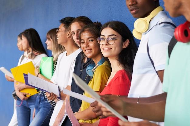 Grupo de alunos revisando antes do exame, olhando para a câmera