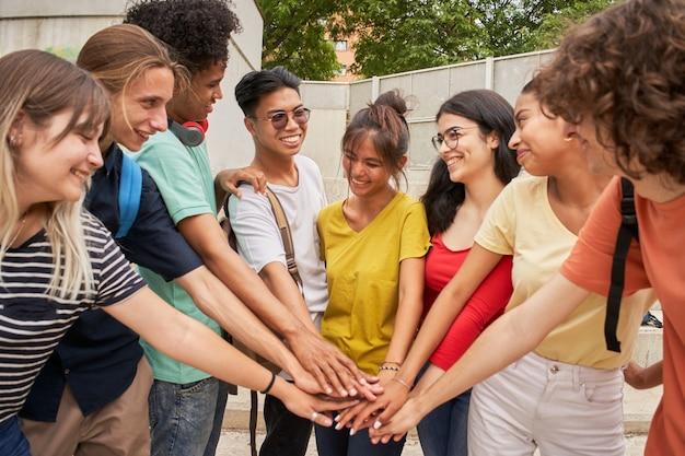 Grupo de alunos se divertindo juntos, celebrando alegremente, felizes e motivados