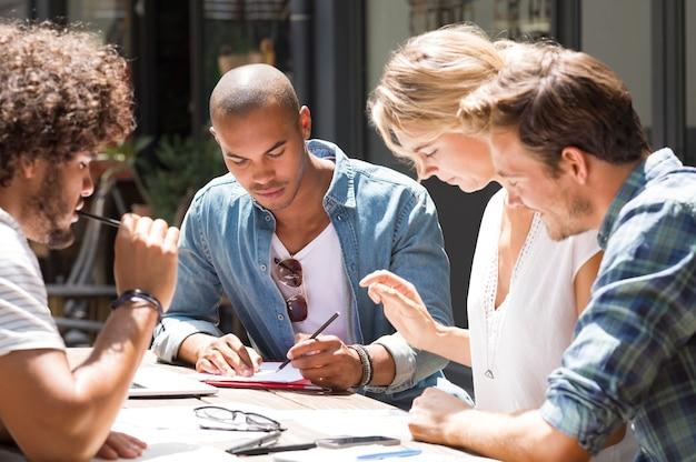 Grupo de alunos se preparando para o exame