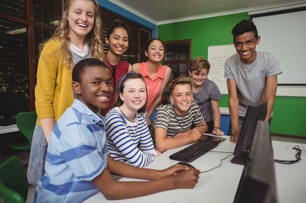 Grupo de alunos sentados na mesa