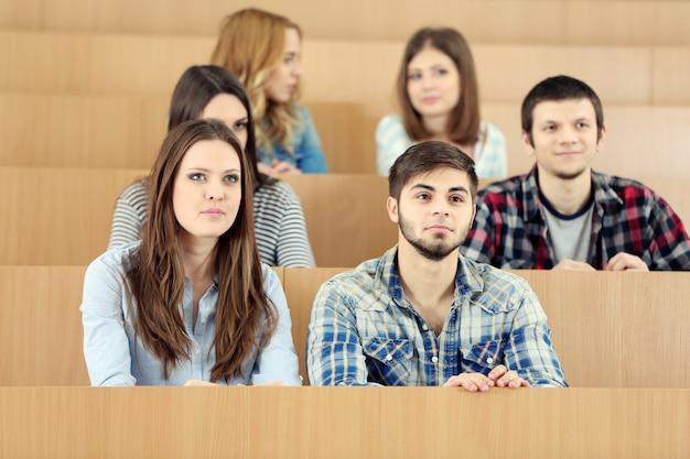 Grupo de alunos sentados na sala de aula