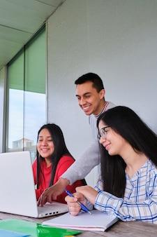 Grupo de alunos trabalhando em equipe