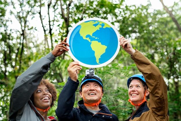 Grupo de ambientalistas com o ícone do globo