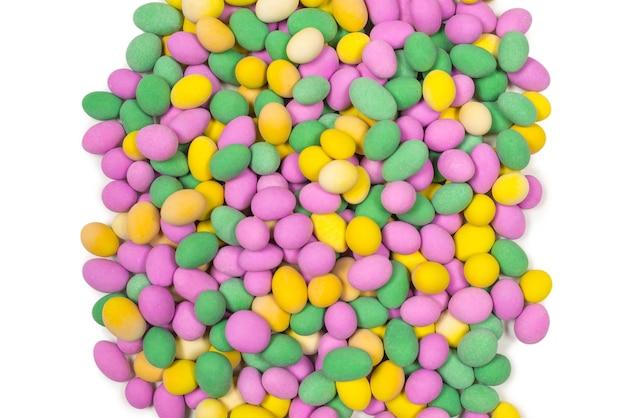 Grupo de amendoins coloridos em esmalte. vista do topo.