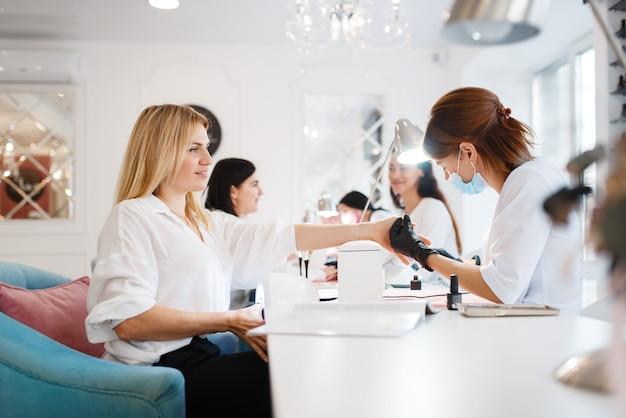 Grupo de amigas, manicure em salão de beleza
