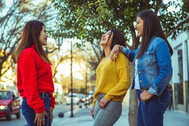 Grupo de amigas posando em uma cidade