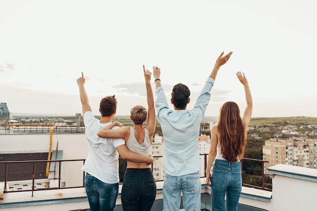 Grupo de amigos a desfrutar ao ar livre no telhado