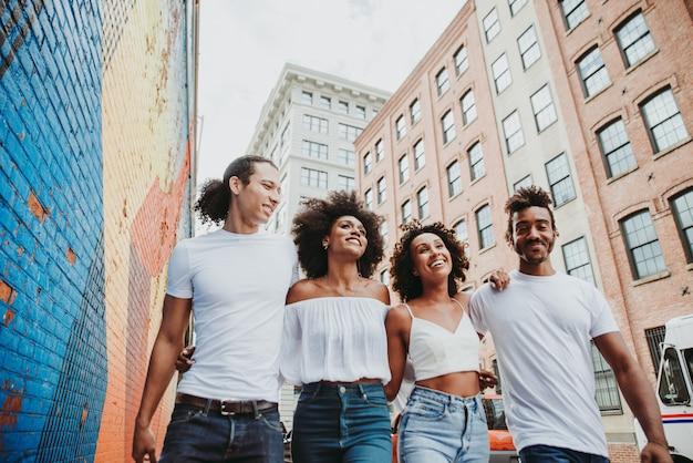 Grupo de amigos a passar tempo juntos na cidade de nova iorque