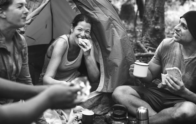 Grupo de amigos, acampar na floresta