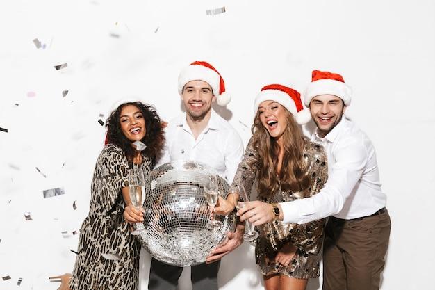 Grupo de amigos alegres bem vestidos comemorando o ano novo isolado no espaço em branco