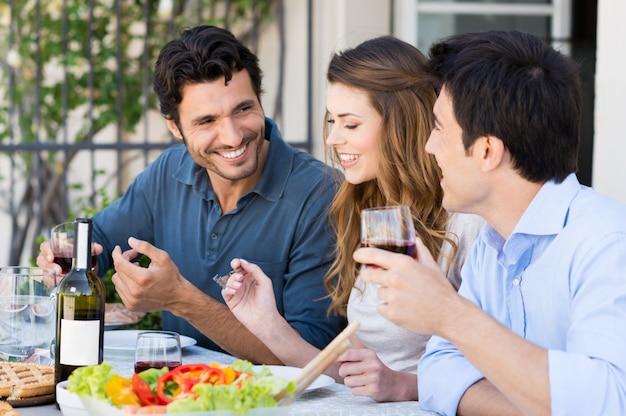 Grupo de amigos almoçando
