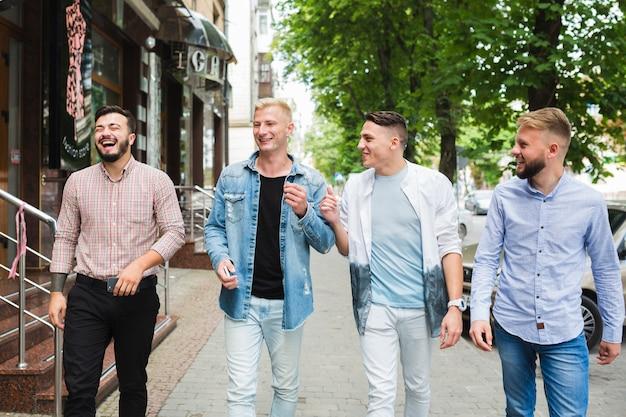 Grupo de amigos andando na rua da cidade