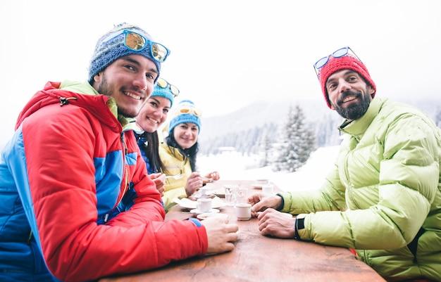 Grupo de amigos ao ar livre, bebendo bebidas quentes