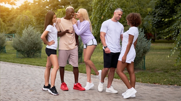 Grupo de amigos ao ar livre