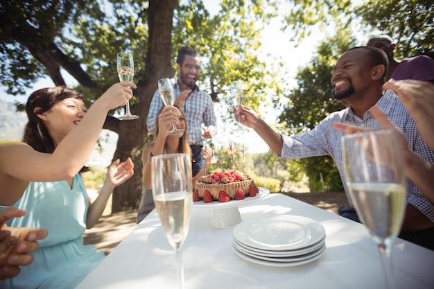 Grupo de amigos brindando taças de champanhe