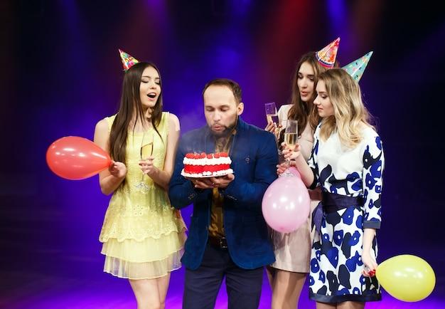 Grupo de amigos com bolo