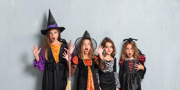 Grupo de amigos com fantasias de vampiros e bruxas para as férias do dia das bruxas
