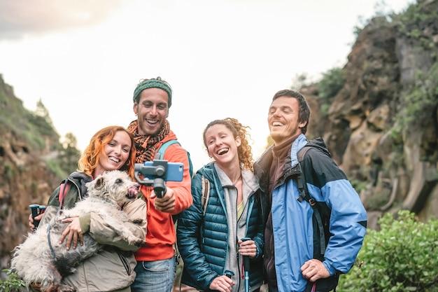 Grupo de amigos com mochilas fazendo excursão na montanha