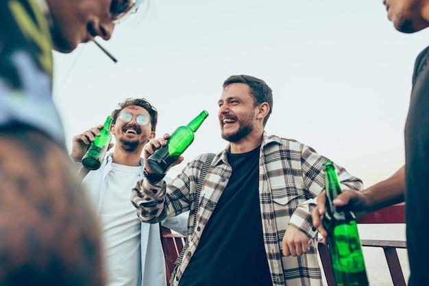 Grupo de amigos comemorando descanso, diversão e festa no dia de verão