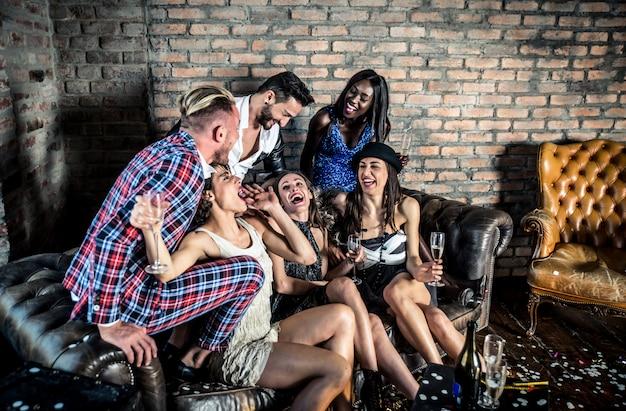 Grupo de amigos comemorando e fazendo festa