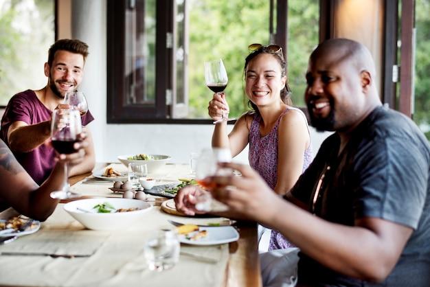 Grupo de amigos comemorando em um restaurante