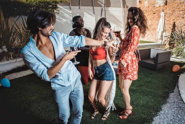 Grupo de amigos comemorando no quintal