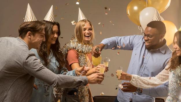 Grupo de amigos comemorando o conceito de ano novo