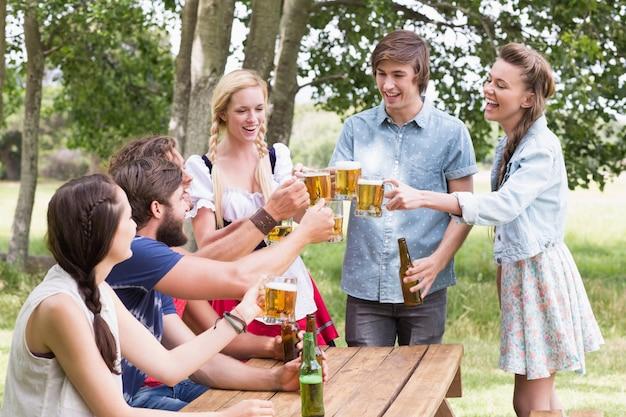Grupo de amigos comemorando o oktoberfest
