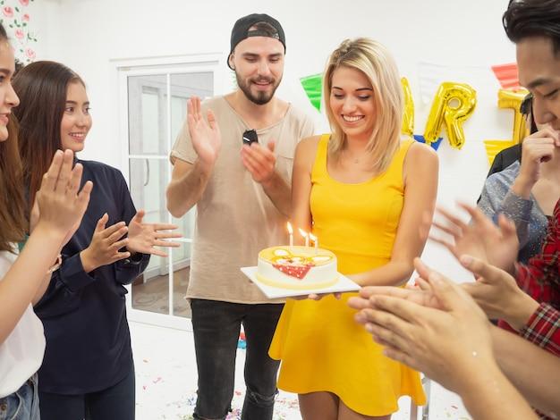 Grupo de amigos comemorar festa e feliz dia do nascimento enquanto desfruta de festa em casa Foto Premium