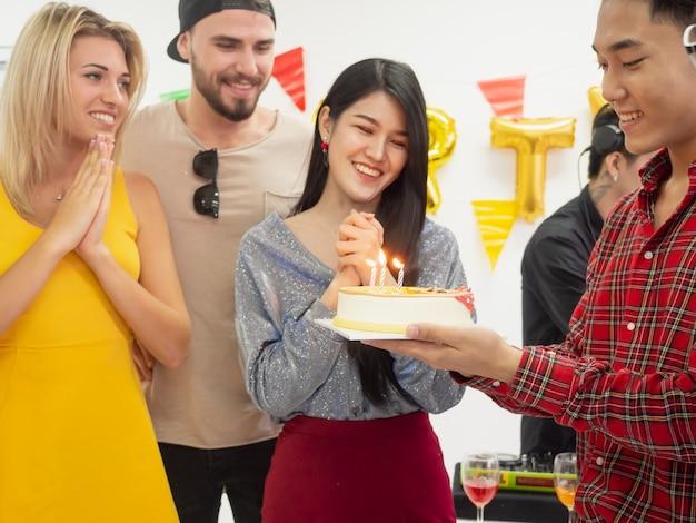 Grupo de amigos comemorar festa e feliz dia do nascimento enquanto desfruta de festa em casa
