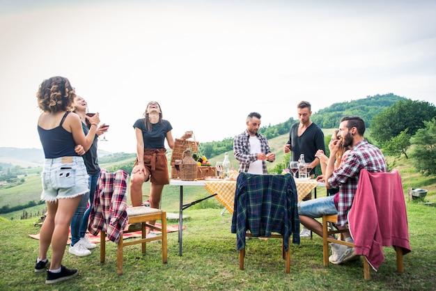 Grupo de amigos comendo na natureza