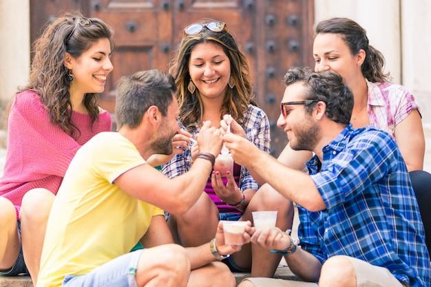 Grupo de amigos comendo sorvete de lama na itália
