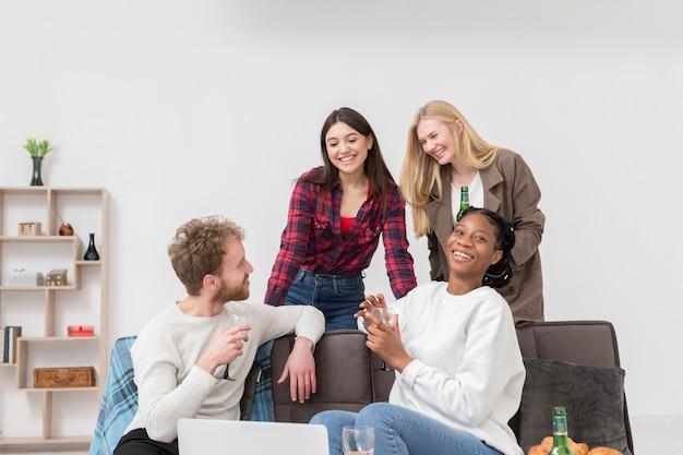 Grupo de amigos comendo