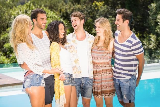 Grupo de amigos conversando perto da piscina